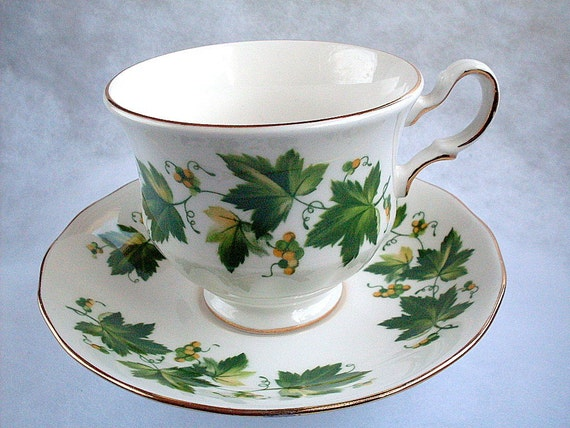 Vintage Queen Anne Fine Bone China Teacup Saucer England Floral Ivy Gold