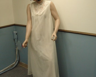 1970s Plus Size Vintage Cream Nightgown size 14