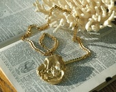Golden Oyster Necklace. Vintage Chunky Geometric Chain in Gold Metal w Morphic Pendant
