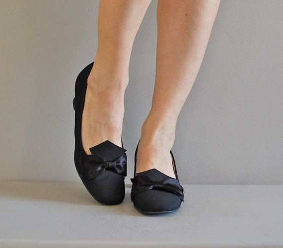 1960s shoes / black bow 60s heels / Tuxedo Bow shoes