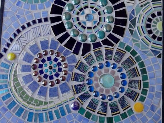 windr der in blauen mosaik art wand h ngen. Black Bedroom Furniture Sets. Home Design Ideas