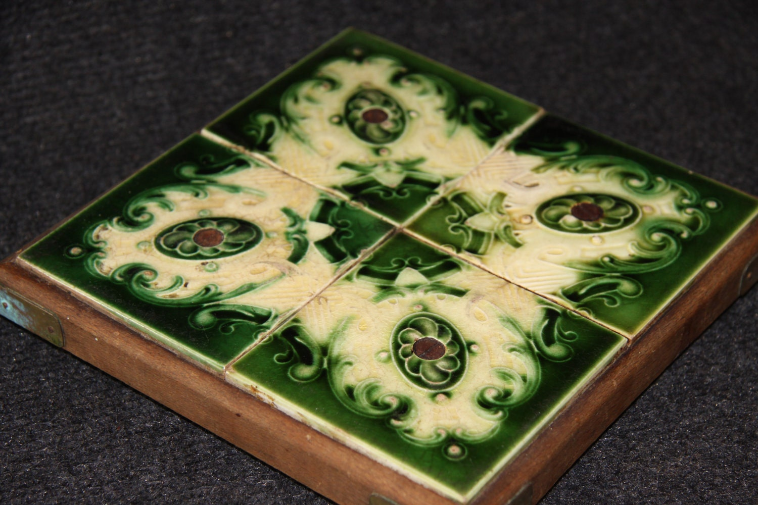 Making a trivet from kitchen tile or the ultimate in simplicity if you have a larger tile dailygadgetfo Images
