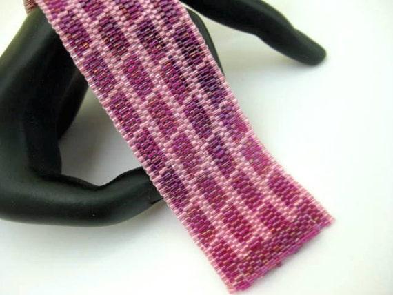 Peyote Bracelet / Seed Bead Bracelet in Pink and Fuchsia / Beaded Bracelet / Geometric Bracelet / Beadwoven Bracelet / Delica Bracelet