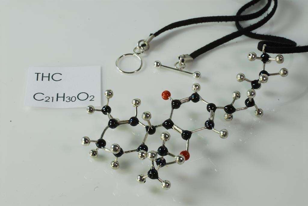 thc molecule necklace c21h30o2