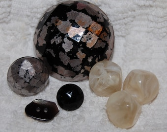 Vintage 6 Glass and Plastic Old Buttons M1L