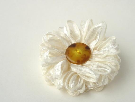 Flower Brooch in Ivory, Daisy