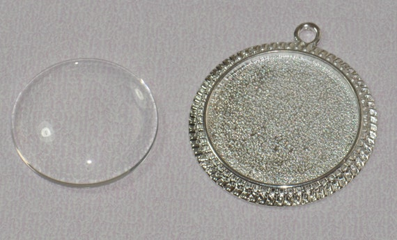 20 pcs 30mm Circle Pendant Tray with 20 Glass Cabochons. Decorative edge in Silver (19-16-430), Blank Bezel Cabochon Setting