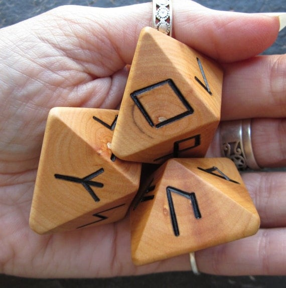 Unique and Exclusive - Rune Dice - in Willow Wood. Set 45.