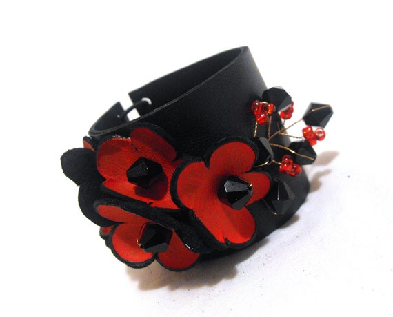 Elegant leather bracelet with leather flowers.