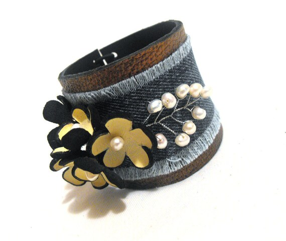 Floral leather bracelet with flowers.