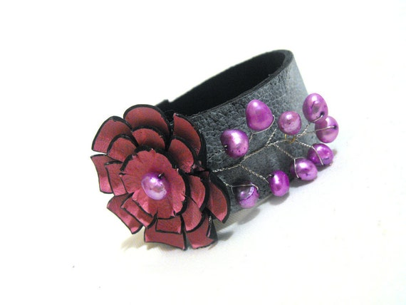 Purple leather bracelet with pearls