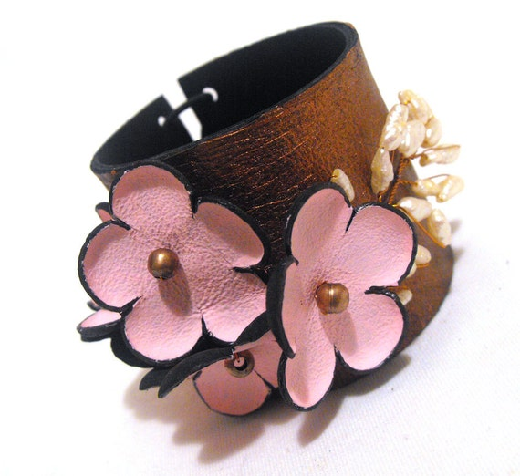 Shabby chic leather bracelet with pearls