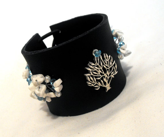 Casual leather bracelet with life tree charms. Black and blue color