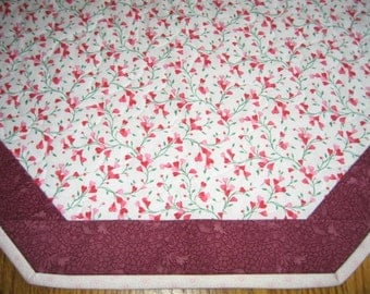 Quilted Octagon Mat in Small Hearts - 22 inch diameter