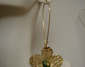 Daisy earrings golden and green  accent