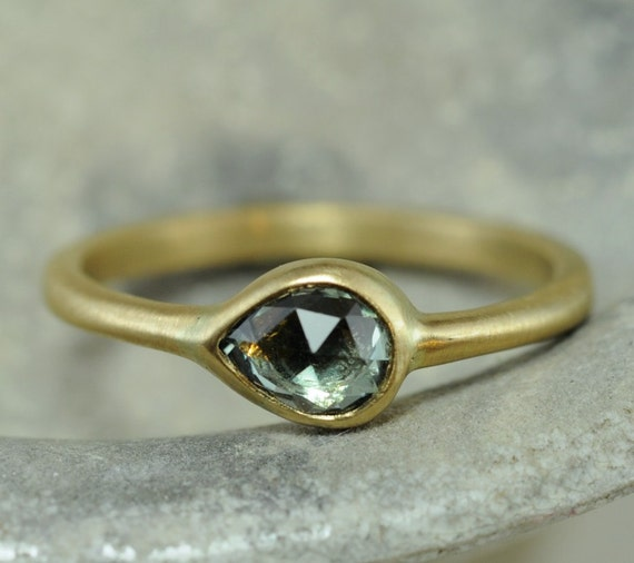 Green rose cut Sapphire pear ring - 18k yellow gold