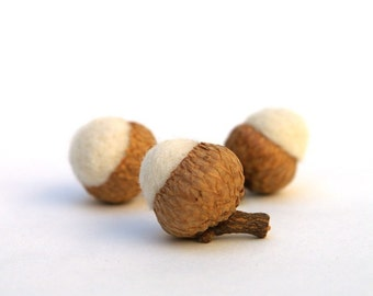 White Wedding Favors, Set of 8 Needle Felted Acorns, Nature Inspired, all natural, eco friendly, bio degradable, woodland fairytale