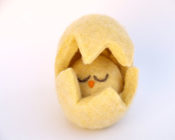 Yellow Chick Toy, Needle Felted Waldorf Toy, Baby Bird hiding in her sweet Yellow Egg . Neelde Felted . Pastel Yellow, unisex Christmas gift
