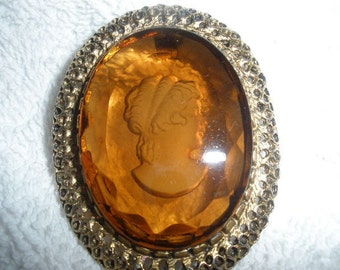FREE SHIPPING, Glass Cameo Pendant, Gold Topaz color, Goldtone setting, Wonderful Condition
