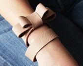 Nude - bow bracelet.