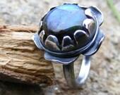 Oxidised Silver and Labradorite Flower Ring   Hortensia.  Bague en Argent oxyde avec Labradorite
