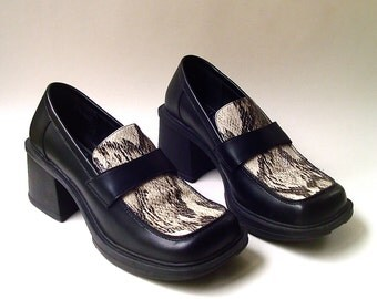 90s vintage Bass Black Leather Embossed Snakeskin Chunky Heel Shoes
