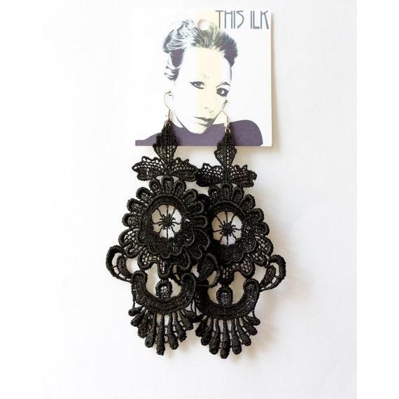 Alice Porcelaine Vase lace earrings in BLACK