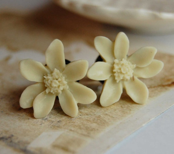 0g (8mm) Cream Ivory Lily Flower Plugs-for stretched ears