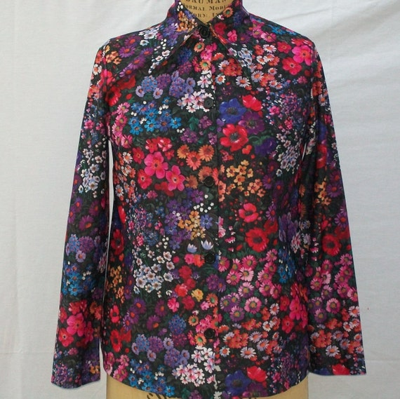 Vintage long sleeved blouse with a plethora of flowers in a size medium