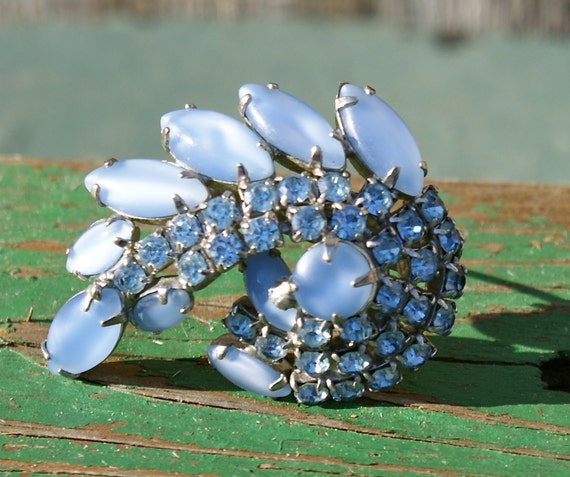 Vintage Brooch Pin  . Blue Glass Rhinestones . Pin .