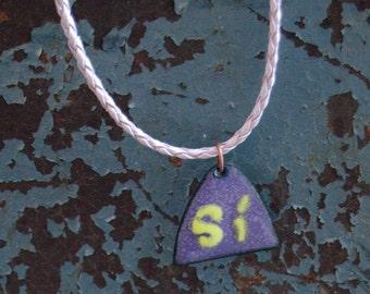 Purple, triangular, enameled pendant, Spanish word Si, in lime green