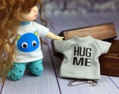 A058 - Lati Yellow / pukifee Hug me T-shirt (Grey)