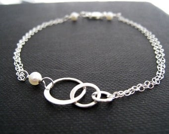 Bridesmaid eternity bracelets with pearl accent, set of 4 Bridesmaid bracelets / thank you card, sterling silver dainty three circles