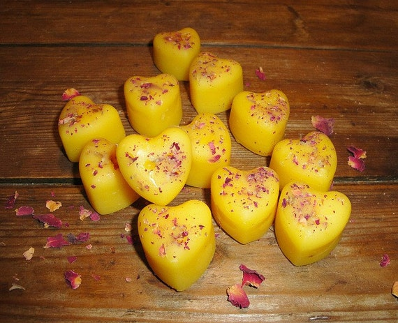 Miniature HEARTS made from pure Beeswax and organic red Rose Petals- scented with Warm CARAMEL -set of 12 hearts