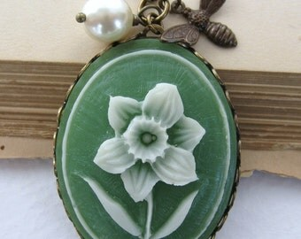 Vintage Flower Necklace Cameo Pendant Pearl Charm Green Bee