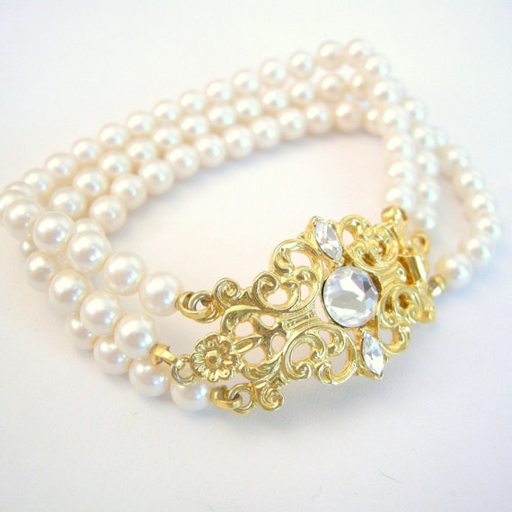 Vintage glass faux pearl bracelet with ornate gold clasp