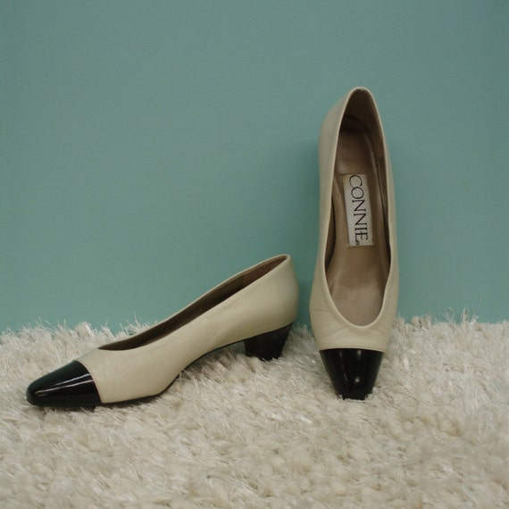 HALF PRICE SALE - 80's Beige and Black Two Tone Pumps - Size 7 1/2