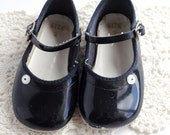 Vintage Baby Girl Shoes / PATENT MARY JANES (size 2)