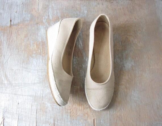 vintage canvas wedges / 1980s neutral canvas shoes / size 7