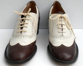 Sz 8 Vintage brown and white leather lace up platform shoes.
