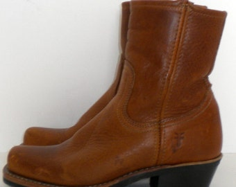 Sz 6.5 Vintage brown leather zip up Frye ankle boots.