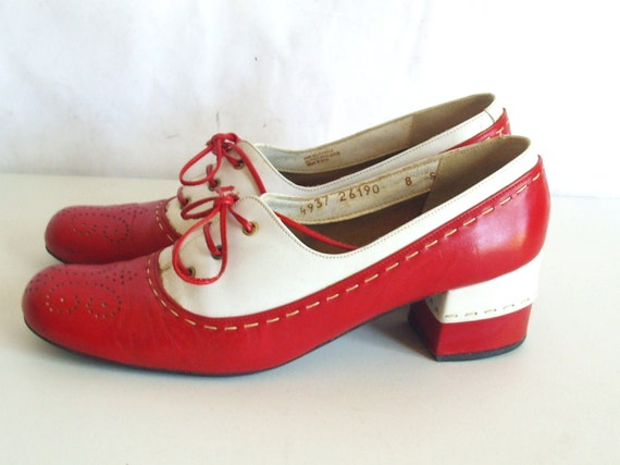 SZ 8 VINTAGE RED AND WHITE 1970s LOW HEEL LACE UP SHOES.