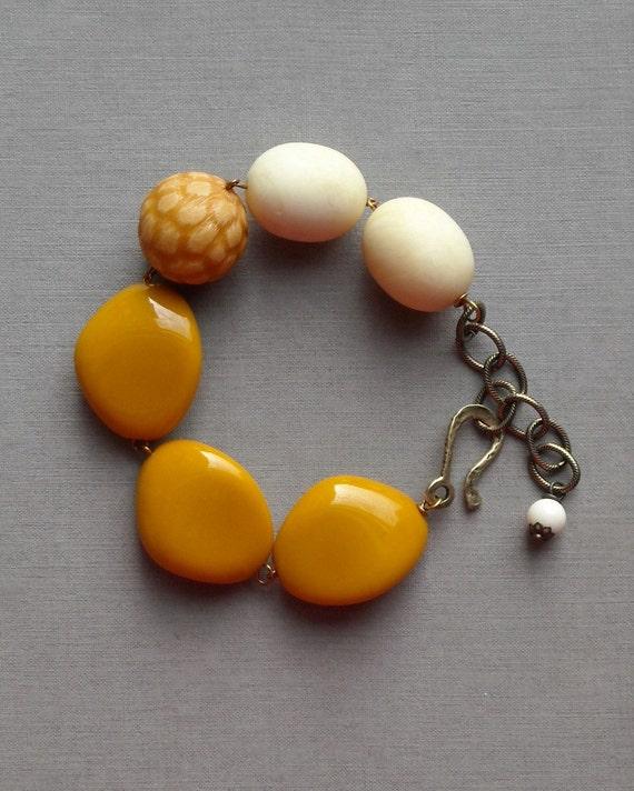 chunky rice bracelet - vintage lucite and brass