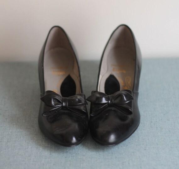 Vintage 1960s Black BOW Toe Kitten Heels 8