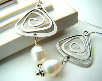 Geometric pearl earrings, triangle, abstract, hammered silver wire,... Geometric Pearls