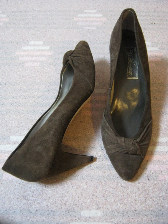 Never worn olive or moss brown suede mid heel pump with knot detail size 7 1/2B made in Brazil