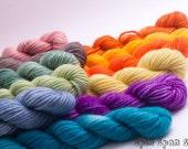 Mini Pelotes, laine Chaussettes, Rayures Arc-En-Ciel, Merinos superwash et Nylon, 50m, 15g, 12 pelotes