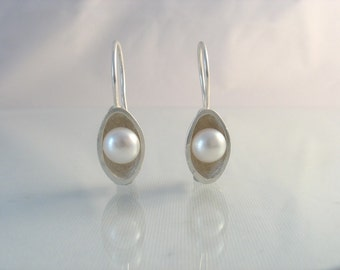 The White Pea - pearl and silver earrings