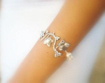 Bridal bracelet, Bridal jewelry, Pearl bracelet, Swarovski crystal bracelet, Leaf bracelet, Wedding bracelet, Antique silver bracelet