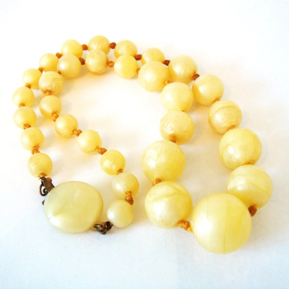 Necklace / Vintage Creamy Yellow Graduated Lucite Bead Necklace